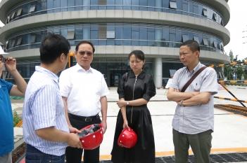 2018年5月17日,院本部邓绍平院长到精医中心装修项目现场调研。