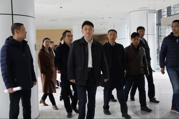 2019年12月17日,温江区政府党组书记、区长马烈红到精医中心关心建设情况。